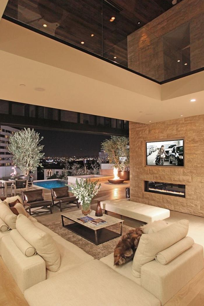 1-deco-salon-luxe-faire-un-faux-plafond-dans-le-salon-avec-gandes-fenetres-belle-vue-piscine-d-extérieur