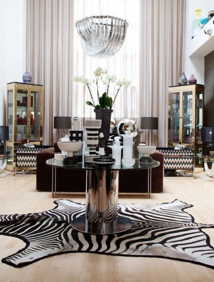 1-deco-zebre-dans-le-salon-parquette-clair-fleurs-sur-la-table-dans-le-salon-rideuax-longs-meubles-de-salon-fleurs-blanches