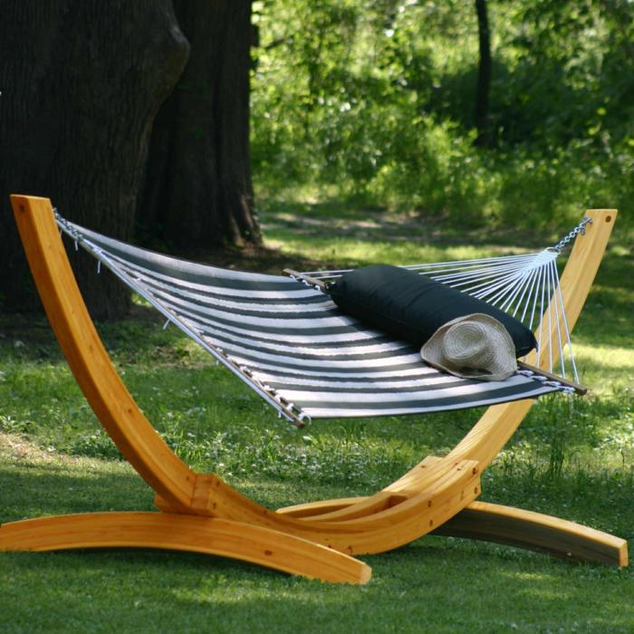 1-fateuil-relax-de-jardin-hamac-sur-pied-en-bois-pelouse-verte-dans-le-jardin-cour-moderne