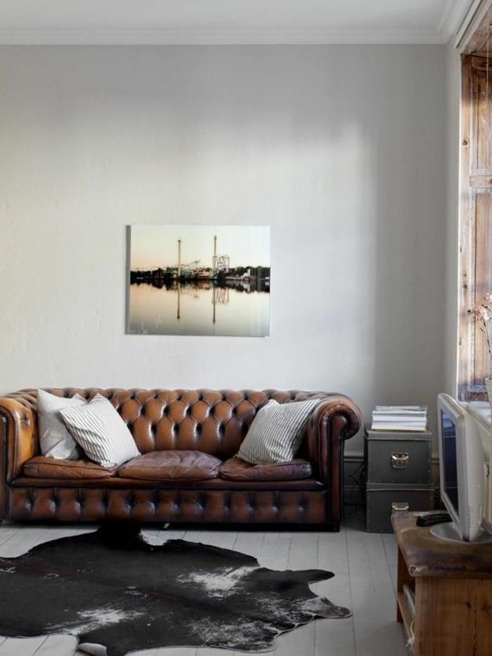 1-fauteuil-club-vintage-dans-le-salon-avec-un-tapis-en-peau-d-animal