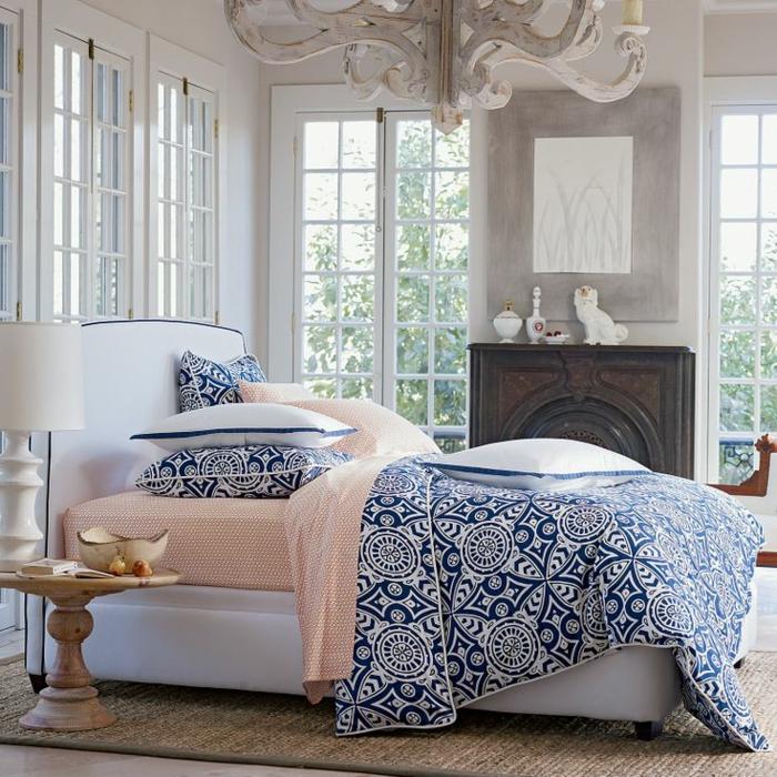 1-idéе-déco-chambre-parentale-couverture-de-lit-tapis-en-rotin-linge-de-lit-coloré-chambre-baroque