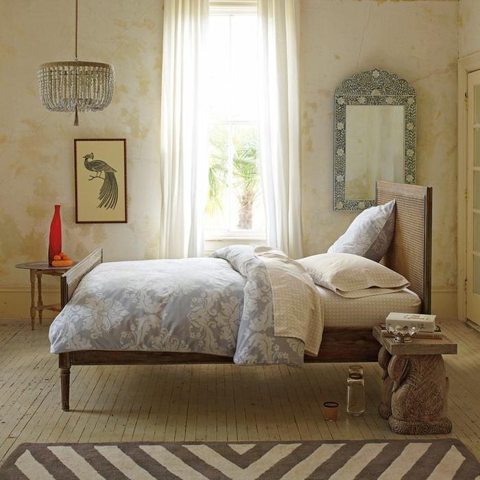 1-joli-chambre-sol-en-parquette-blanc-tapis-beige-lit-rétro-mur-avec-grande-fenetre-rideaux-blancs