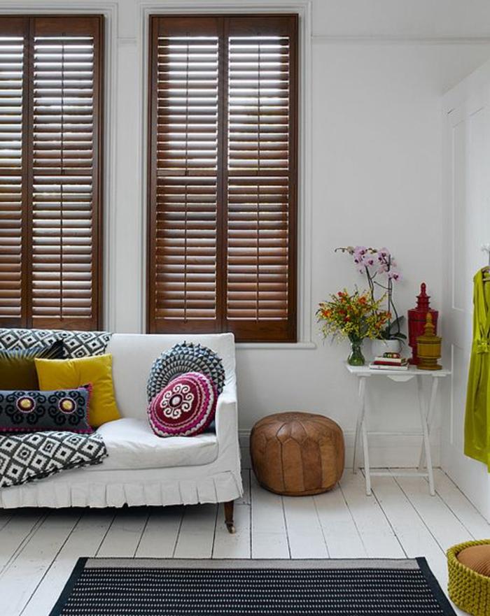1-les-plus-belles-stores-vénitiens-marron-foncé-fenetres-grandes-salon-avec-canapé-blanc-sol-en-planchers-blanches
