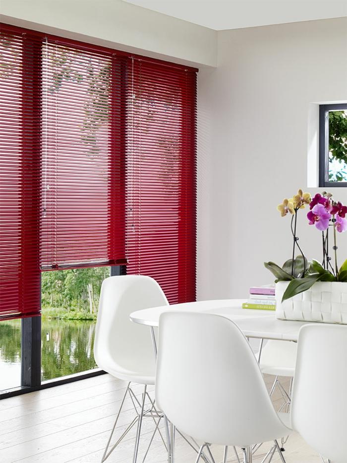 1-les-plus-belles-stores-vénitiens-rouges-dans-la-salle-de-séjour-table-blanche-en-plastique-chaises-blanches-plastiques