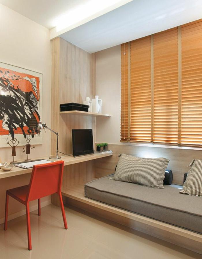 1-les-stores-venitiens-beiges-dans-le-salon-canapé-beige-foncé-bureau-de-travail-en-bois-clair