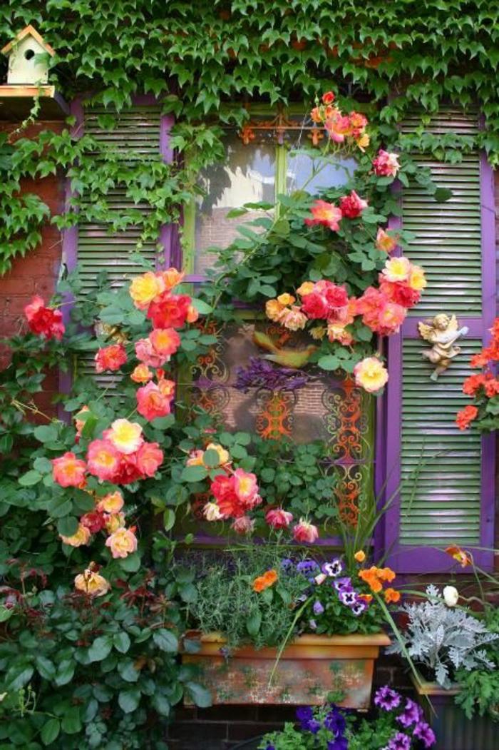 1-maison-avec-plantes-grimpantes-mur-en-fleurs-lierre-sur-les-murs-d-extérieur-fenetres-grandes