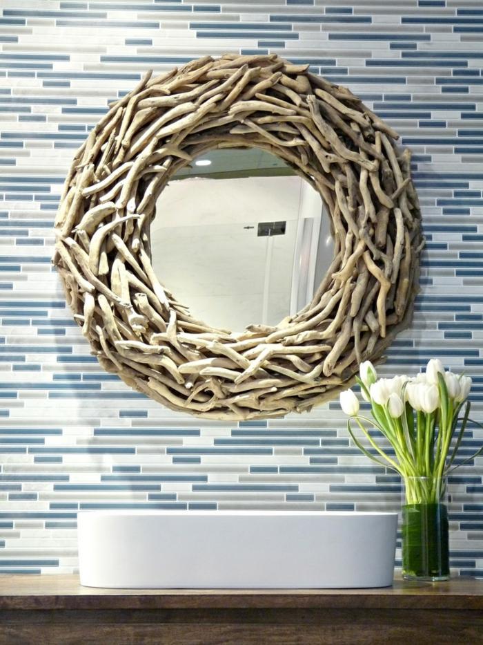 1-miroir-décoratif-miroir-rond-ikea-pour-la-salle-d-eau-carrelage-bleu-blanc-fleurs