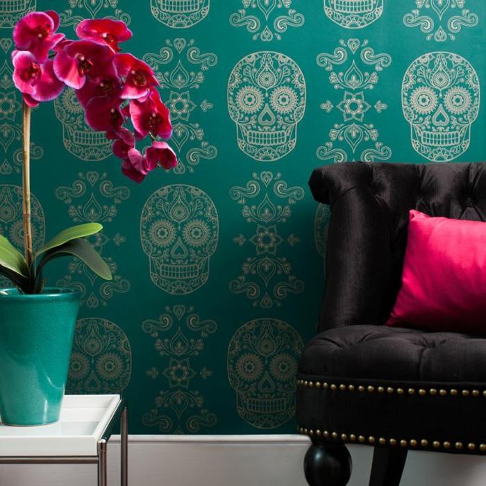 1-papier-peint-intissé-castorama-canapé-noir-mur-bleu-a-motifs-poser-du-papier-peint-intissé