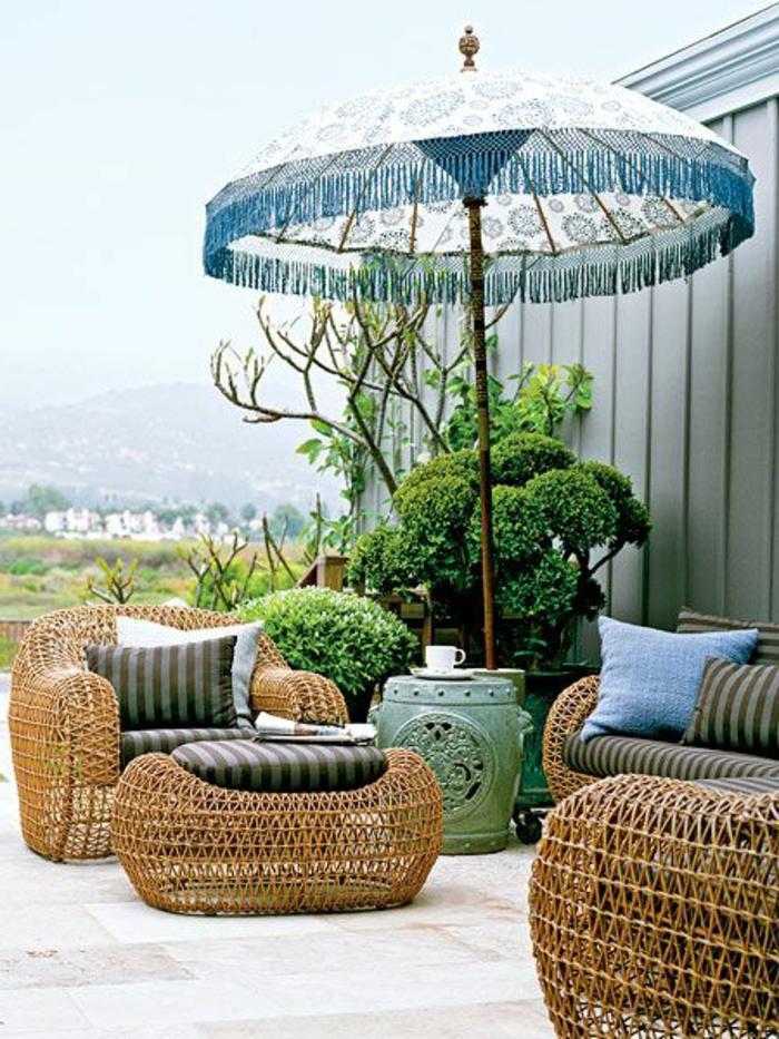 1-parasol-de-balcon-jolie-variante-pour-le-balcon-avec-paresol-extérieur-avec-meubles-en-rotin