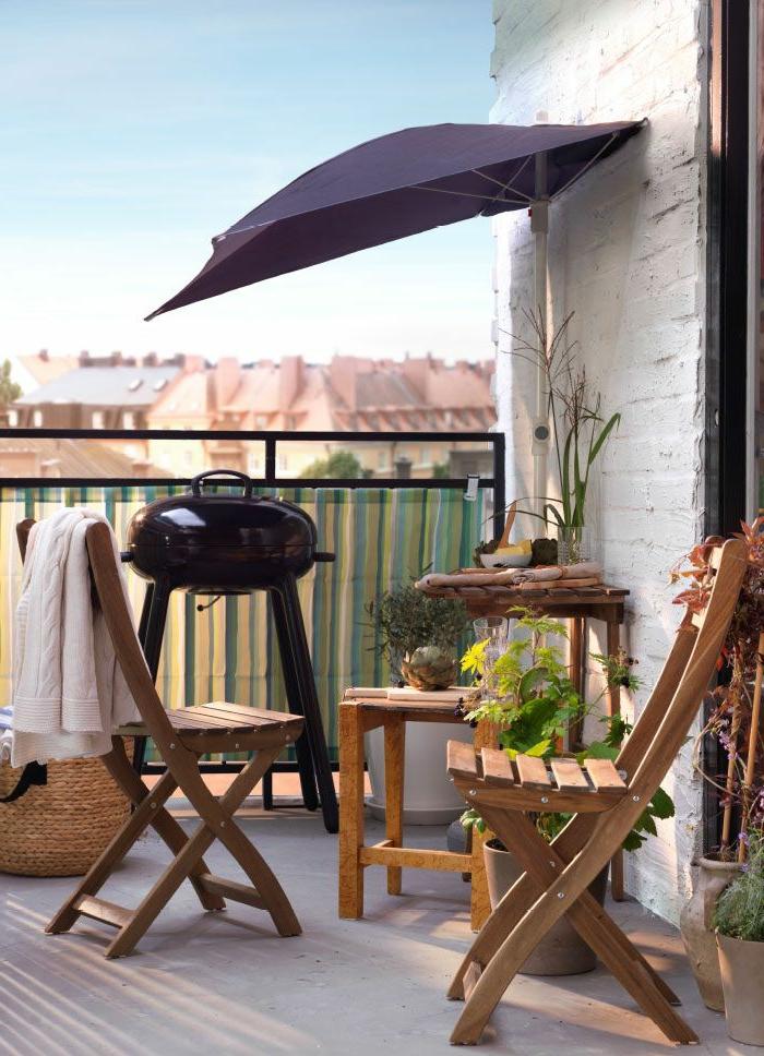 1-parasol-de-balcon-jolie-variante-pour-le-balcon-avec-paresol-extérieur-une-petite-table-basse-en-bois-d-extérieur
