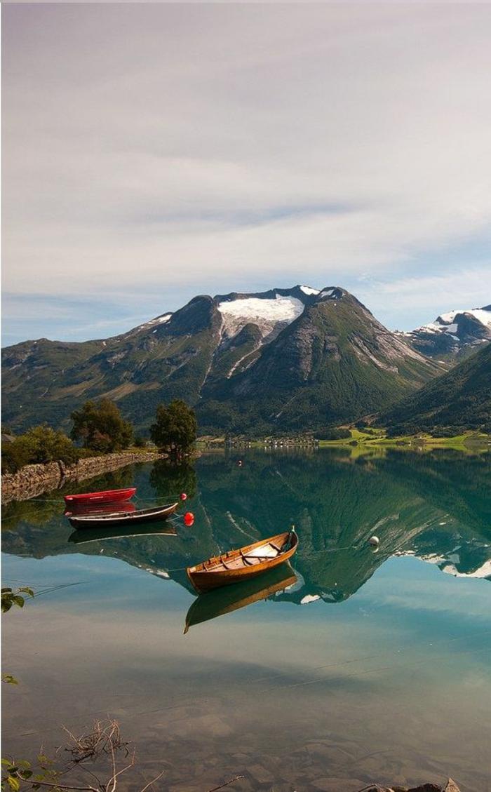 1-paysage-paradisiaque-sur-les-montagnes-près-de-bord-d-un-lac