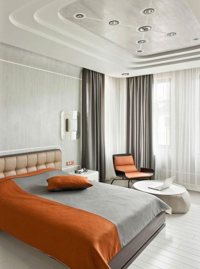 1-plafond-suspendu-placo-rideaux-gris-linge-de-lit-orange-et-gris-mur-gris-petite-table-ronde