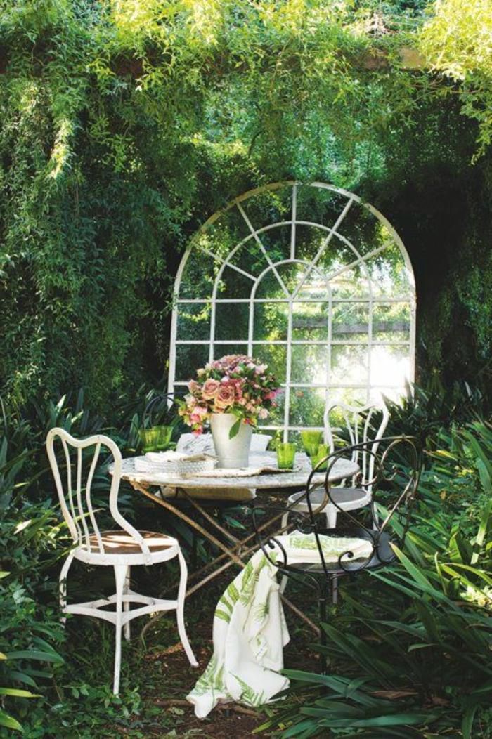 1-plante-grimpante-extérieur-jardin-plantes-vertes-table-en-fer-forgé-jardin-blanc-fleurs-sur-la-table-de-jardin