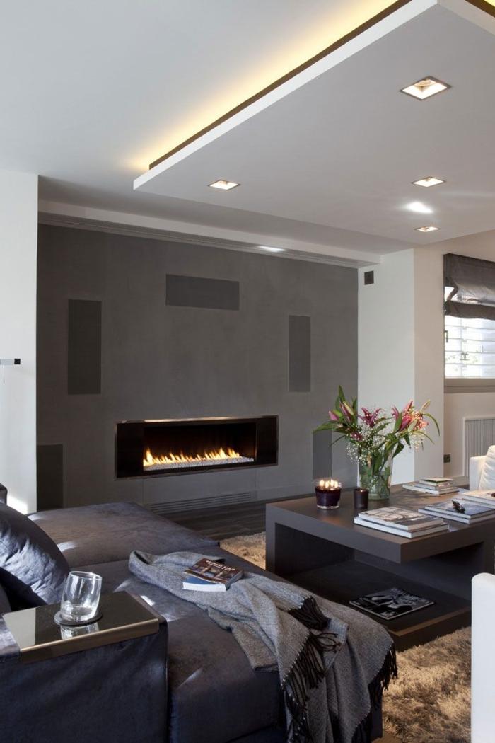 1-salon-gris-suspente-plafond-faux-gris-moquette-marron-cheminée-décorative-d-intérieur