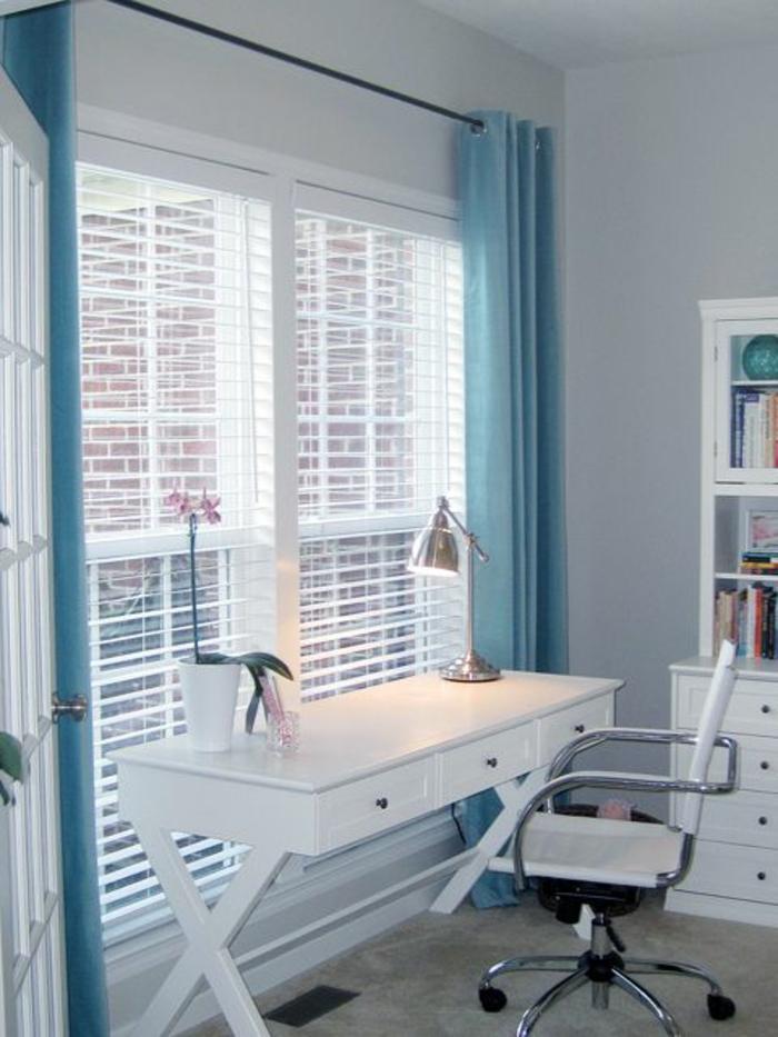 1-store-vénitien-blanc-bureau-pres-de-la-fenetre-bureau-blanche-en-bois-chaise-de-bureau