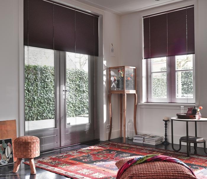 stores vénitiens de couleur violet, joli intérieur de couleur violet, tapis rouge