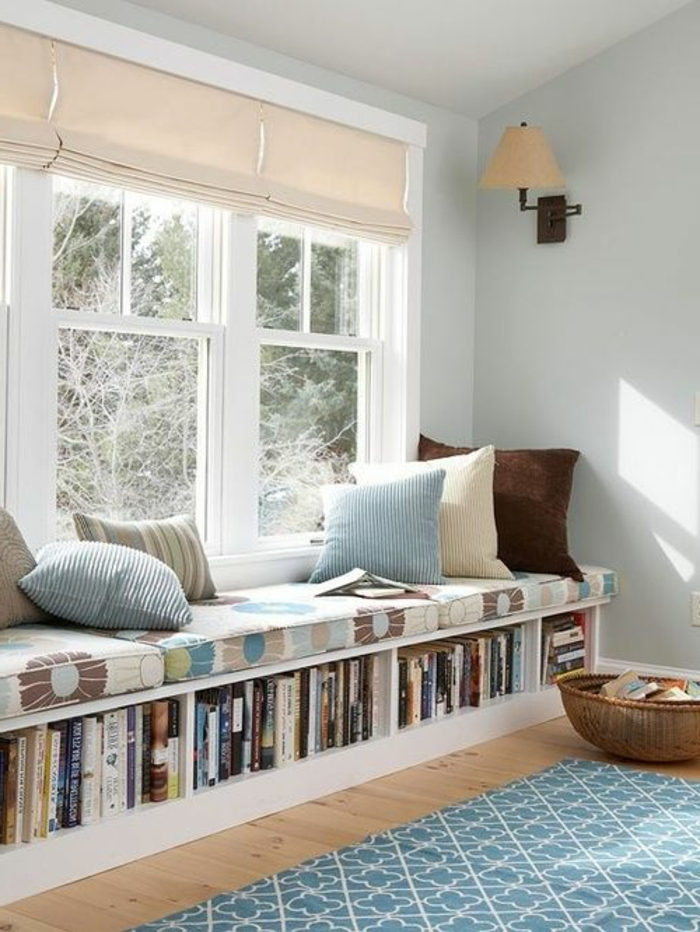 1-store-vénitien-en-tissu-beige-tapis-bleu-sol-en-parquette-clair-canapé-de-la-fenetre