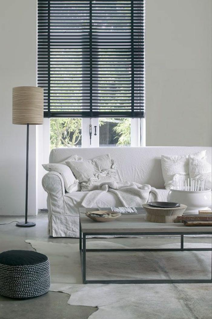 1-store-vénitien-gris-foncé-beige-tapis-sol-en-lino-gris-canapé-blanche-lampe-de-salon-beige