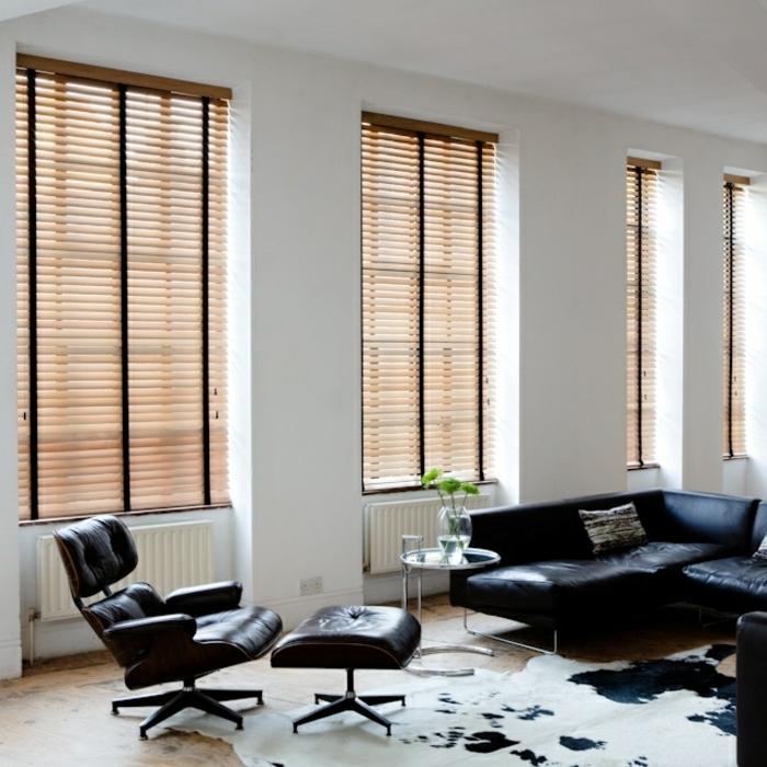1-stores-vénitiens-pour-le-salon-avec-tapis-en-peau-de-vache-tapis-peau-d-animal-fauteuil-noir