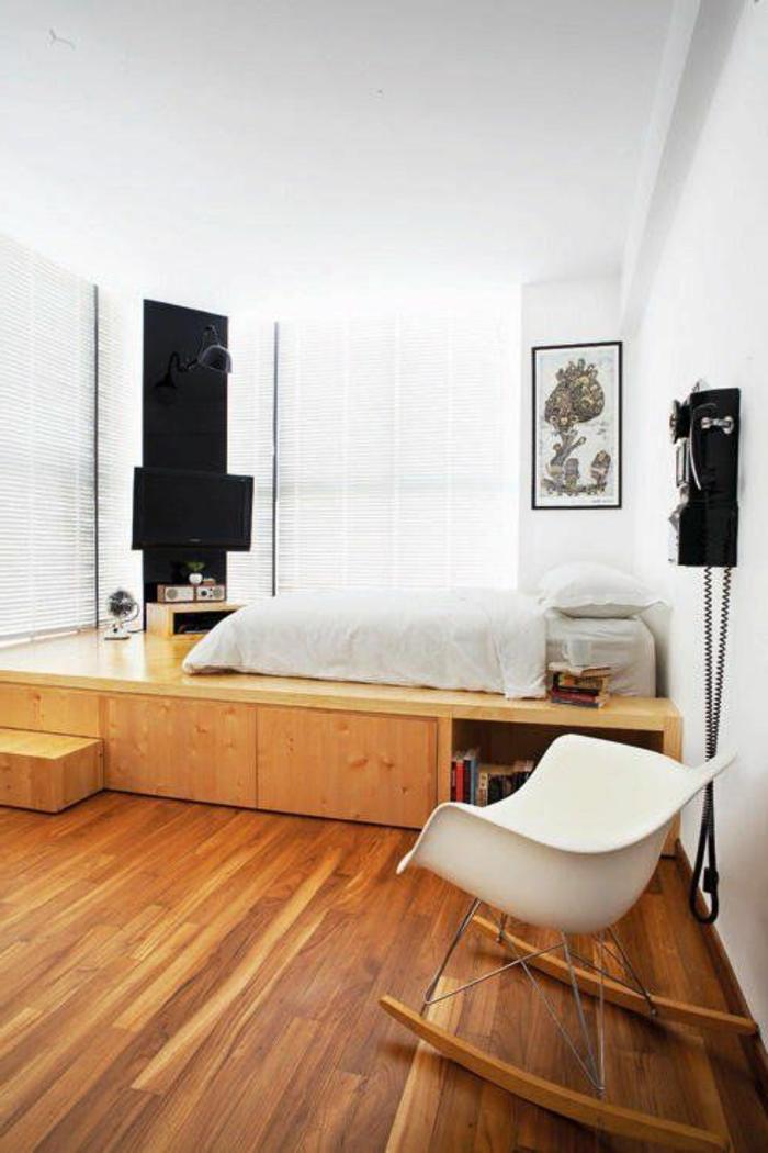 1-suite-parentale-aménagement-sol-en-bois-clair-chaise-berçante-en-plastique-blanche