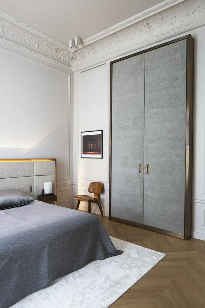 1-suite-parentale-aménagement-sol-en-parquette-plafond-haut-tapis-blanc-deco-chambre-parentale