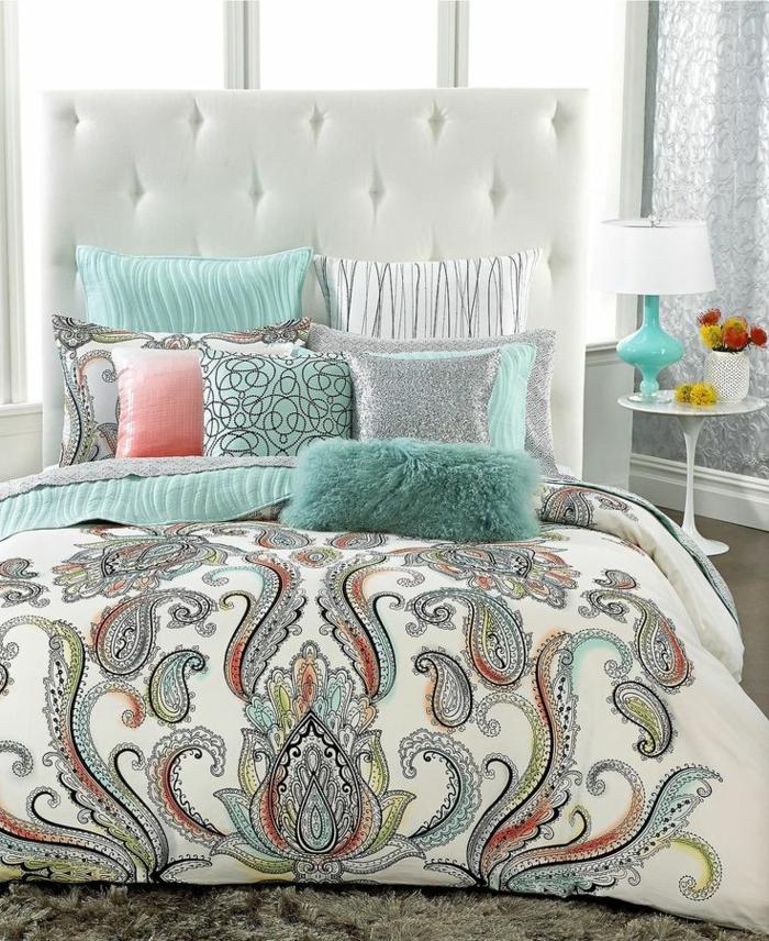 1-suite-parentale-aménagement-suite-parentale-linge-de-lit-coloré-lit-blanc-coussins