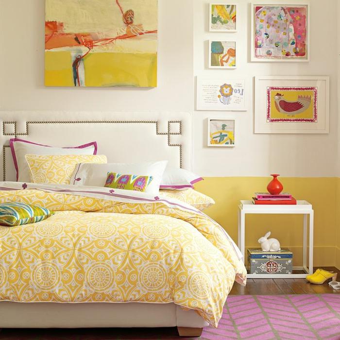 1-suite-parentale-de-couleur-jaune-tapis-rose-sol-en-parquette-foncé-mur-avec-peintures