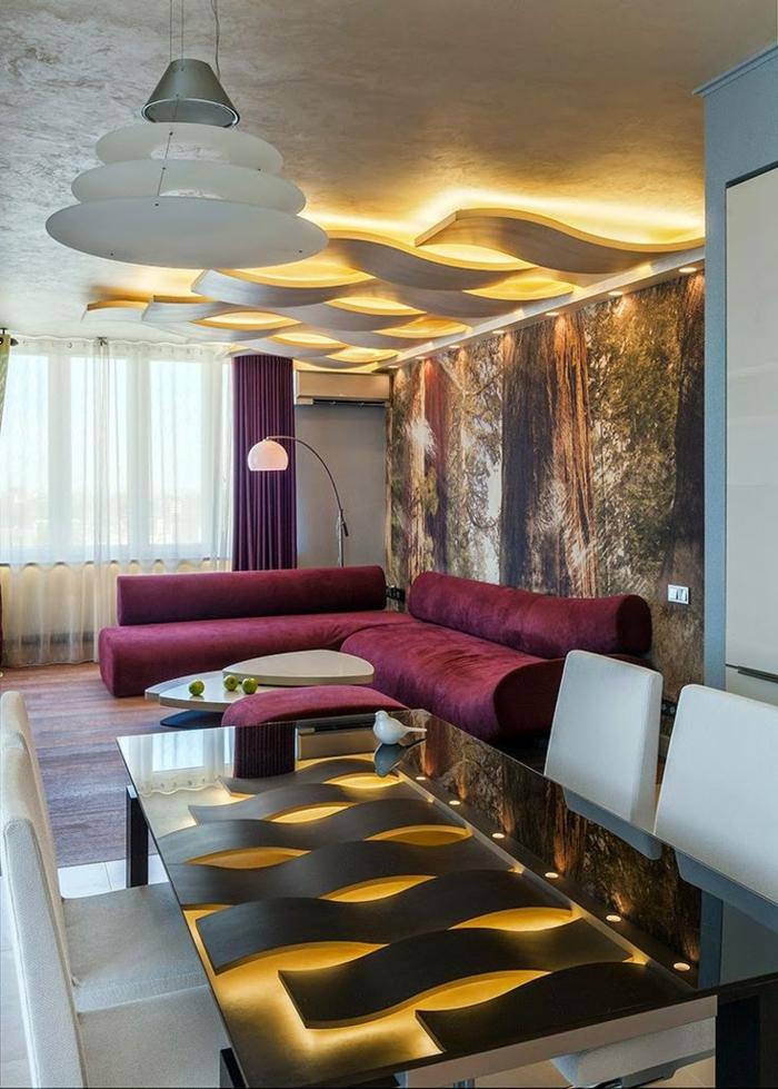 1-suspente-plafond-faux-canapé-rouge-table-de-salon-lampe-de-lecture-rideaux-longs-rideaux-doubles