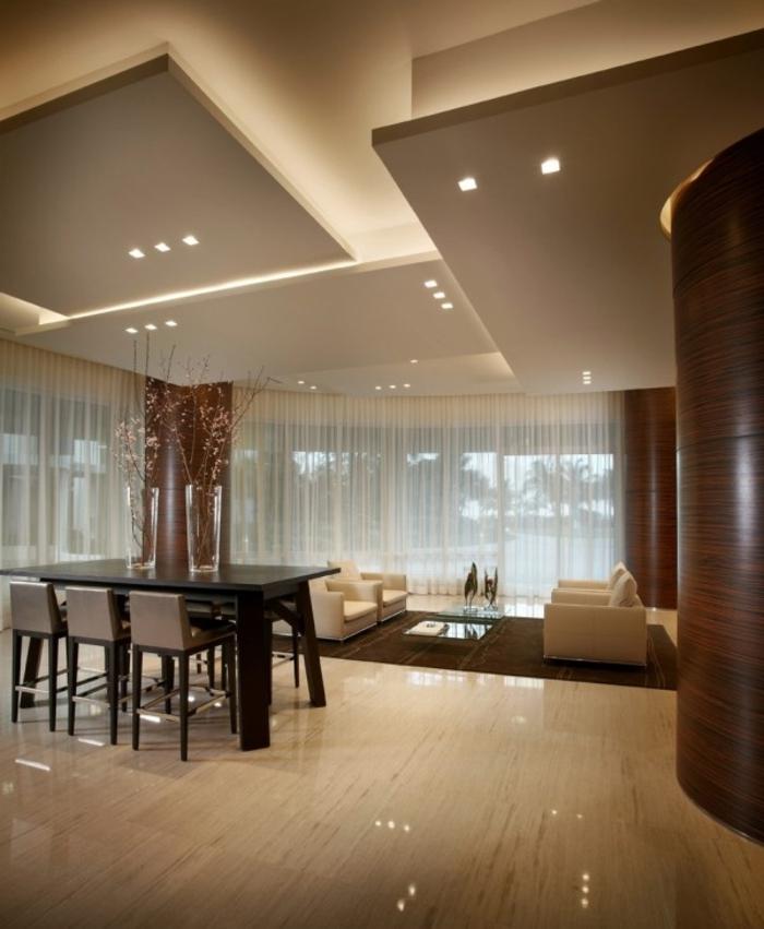1-suspente-plafond-faux-dans-la-salle-de-séjour-chaise-gris-chaise-de-bar-plafond-suspendu