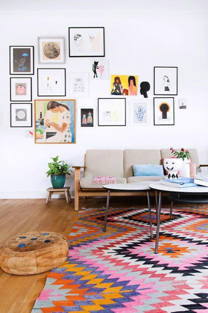1-tapis-de-salon-coloré-dans-le-salon-avec-peintures-muraux-et-un-joli-tapis-salon