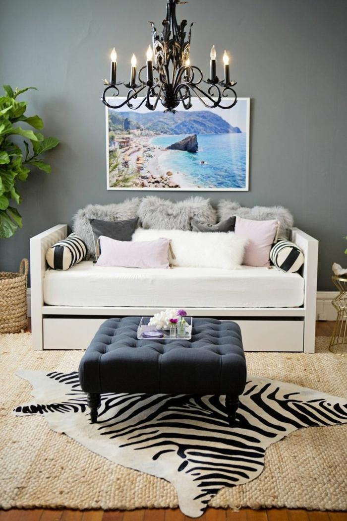 1-tapis-de-zebre-tapis-zebre-ikea-à-rayures-blancs-noirs-salon-avec-lustre-en-fer-plante-verte