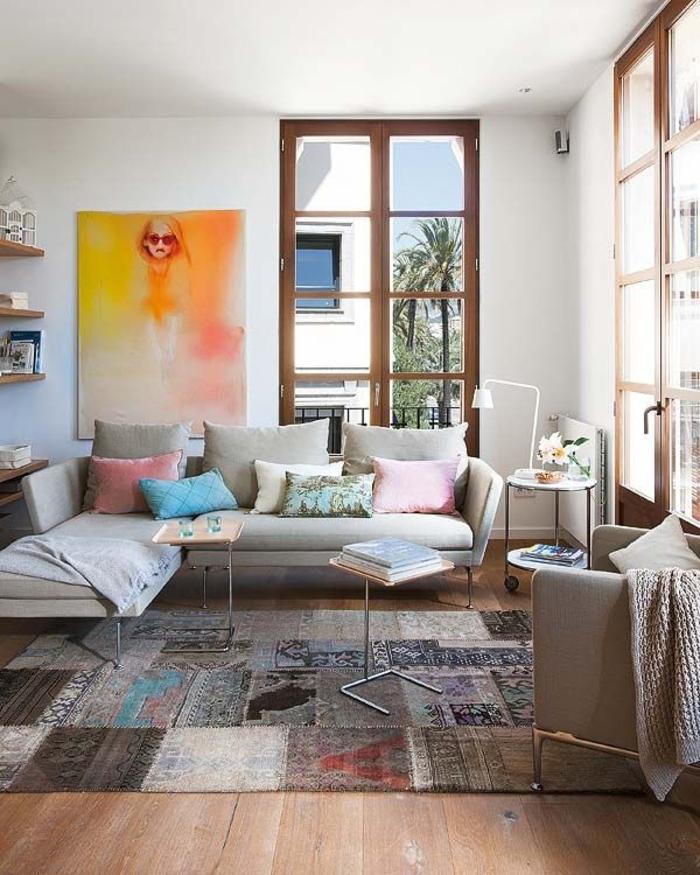1-tapis-shaggy-coloré-dans-le-salon-avec-un-joli-canapé-gris-et-grandes-fenetres