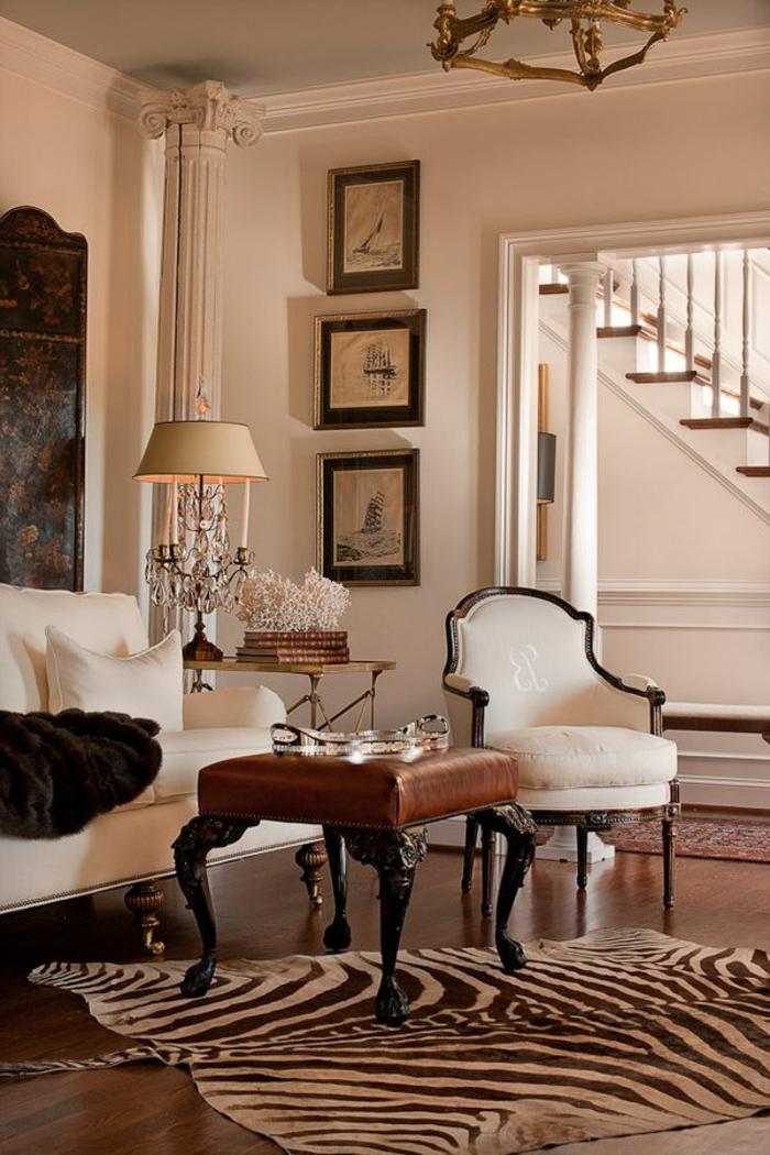1-tapis-zebre-à-rayures-blanches-noirs-lampe-de-salon-beige-canapé-beige-coussins-beiges-sol-en-parquette-foncé