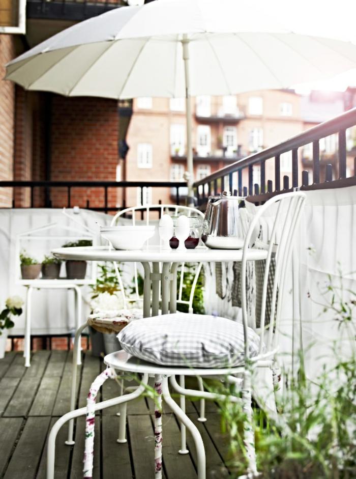 1-une-jolie-terrasse-avec-parasol-de-balcon-meubles-d-extérieur-jardiland-parasol