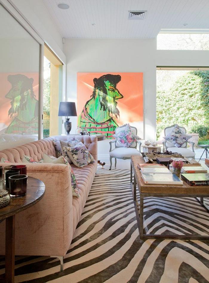 12-tapis-de-zebre-canapé-rose-lampe-de-salon-gris-peintures-murales-fenetre-grande