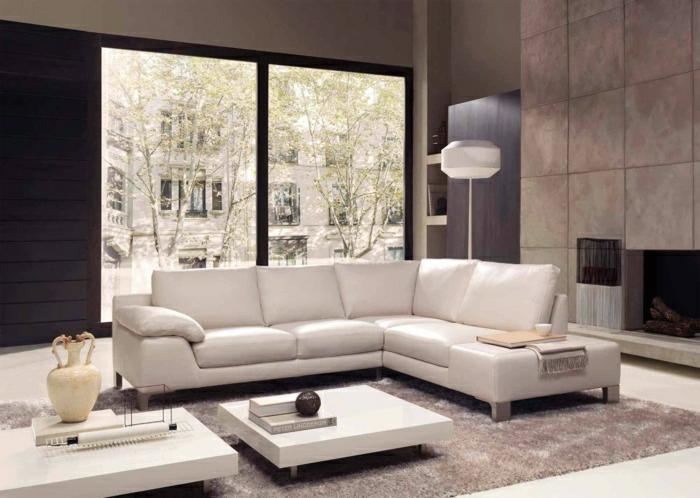 12-un-joli-canapé-club-en-cuir-blanc-pour-le-salon-avec-tapis-beige-et-murs-taupes