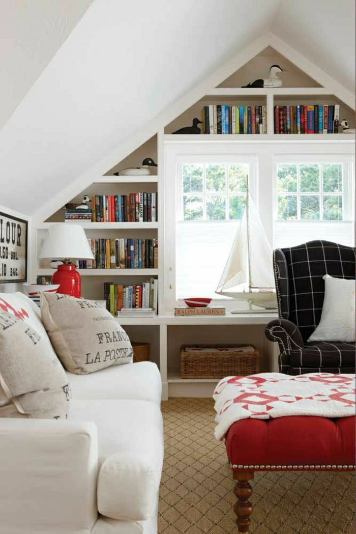 2-aménagement-de-combles-un-salon-moderne-sous-pente-murs-blancs-bibliothèque-sous-pente