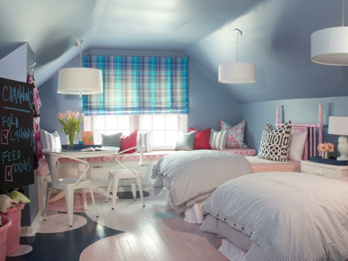 2-aménagement-de-combles-une-jolie-chambre-d-enfant-de-couleur-bleu-ciel-meubles