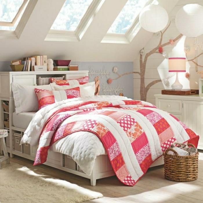 2-amenager-comble-couverture-de-lit-rose-chambre-sous-pente-amenagement-sous-pente