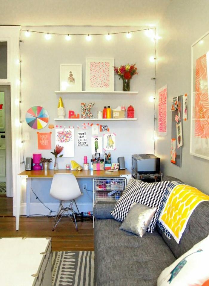 2-chaise-de-bureau-en-plastique-bureau-d-enfant-canapé-gris-coussins-décoratifs