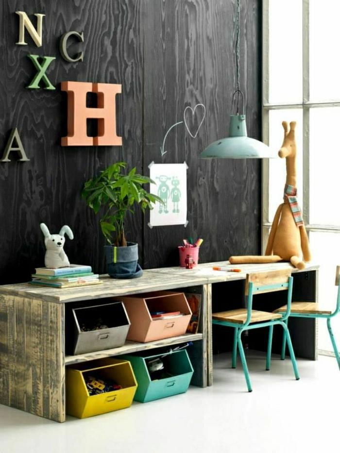 2-chambre-d-enfant-avec-une-chaise-de-bureau-en-bois-et-fer-lampe-lustre-en-fer-mur-en-bois-noir