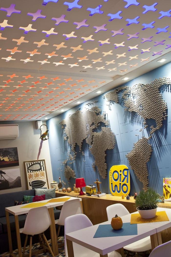 2-coment-faire-un-faux-plafond-mur-avec-décoration-originale-pentures-murales-mur-bleu
