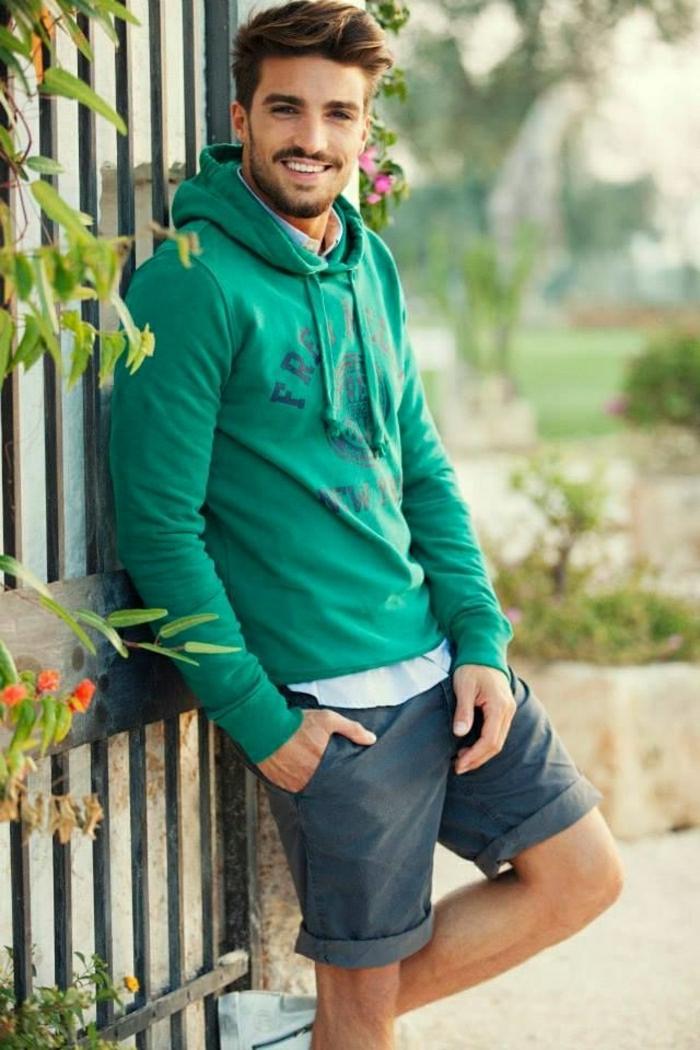 2-coupe-de-cheveux-homme-sweatshirt-vert-cheveux-marron-homme-moderne-pantalon-court