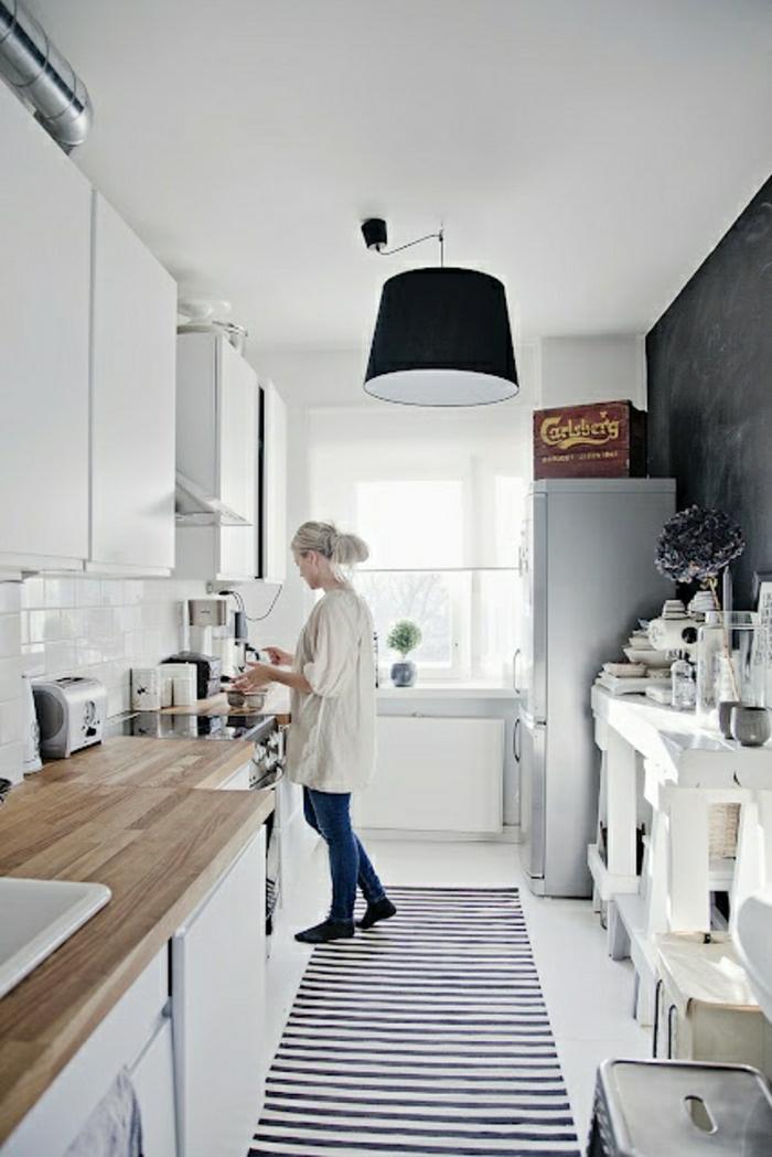 2-crédence-de-cuisine-en-bois-sol-blanc-tapis-à-rayures-blanches-noirs-lustre-noir-plafond-blanc