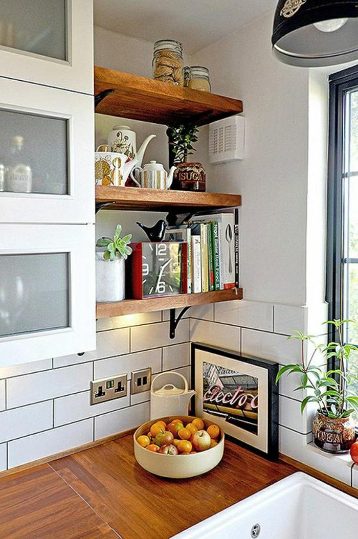 2-crédence-de-cuisine-en-bois-un-joli-coin-de-cuisine-fenetre-grande-etagere-de-cuisine