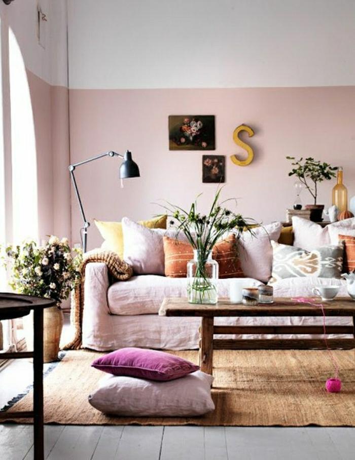 2-idee-deco-chambre-salon-moderne-avec-beaucoup-de-fleurs-tapis-marron-canape-rose