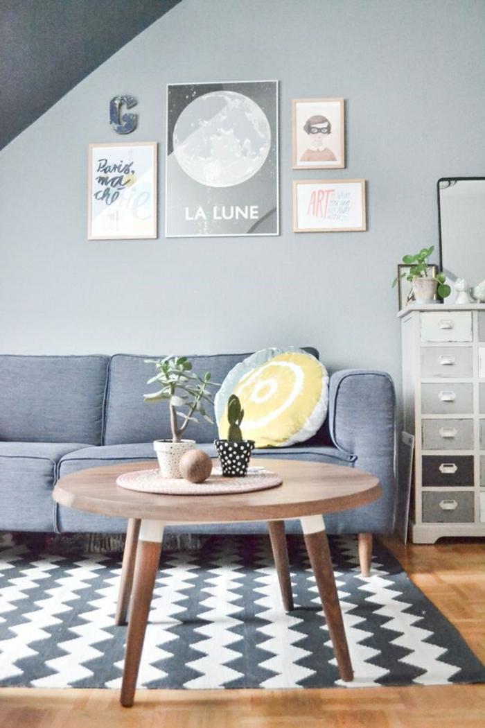 2-intérieur-gris-pale-et-tapis-gris-dans-le-salon-avec-une-table-basse-en-boir-ronde