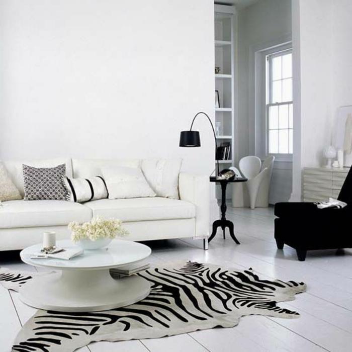 2-salon-intérieur-blanc-tapis-zèbre-pas-cher-une-petite-table-basse-blanche-feurs-sur-la-table-canapé-blanc