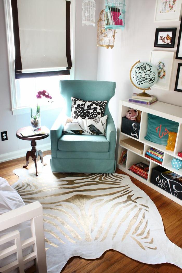 2-tapis-zèbre-pas-cher-dans-le-salon-parquette-en-bois-fauteuil-bleu-coussins-décoratifs-blanc-noir