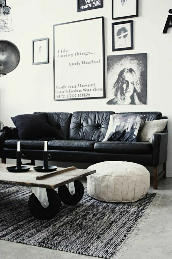 2-un-joli-canapé-club-en-cuir-noir-pour-un-salon-art-avec-beaucoup-de-peintures-muraux